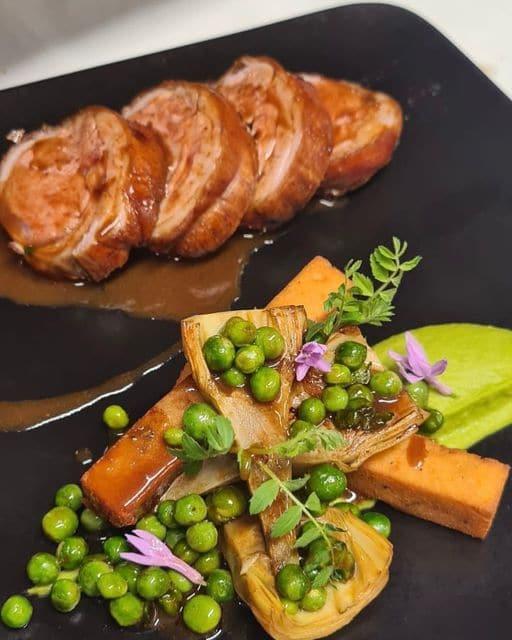 selle d'agneau de Provence au fenouil sauvage, accompagnée de ses artichauts, houmous et jus corsé